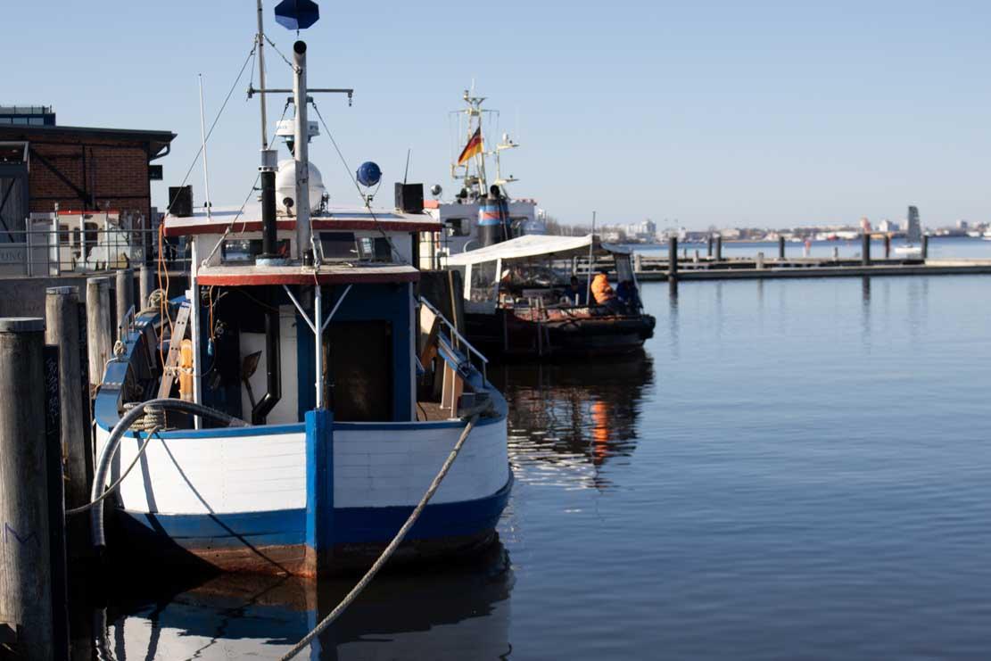Kutter Kranich und Schlepper Petersdorf im Stadthafen von Rostock (C) Frank Koebsch (1)