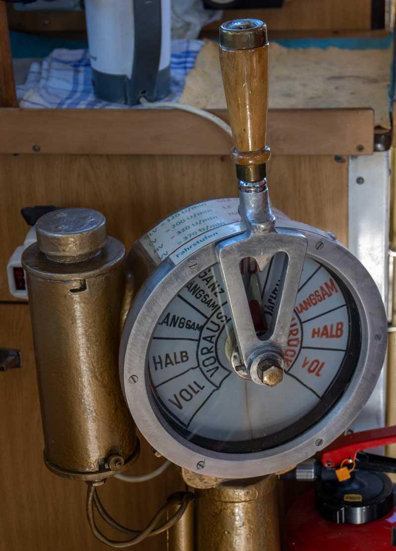 Maschinentelegraf des Schleppers Petersdorf (c) Frank Koebsch