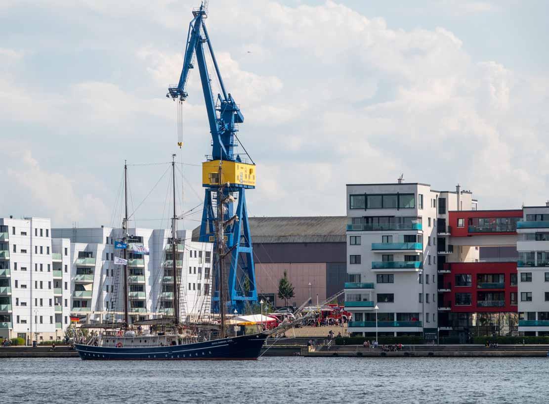 Die Santa Barbara Anna vor den Neubauten am Werftdreieck bei der Hanse Sail 2021 © Frank Koebsch (2)
