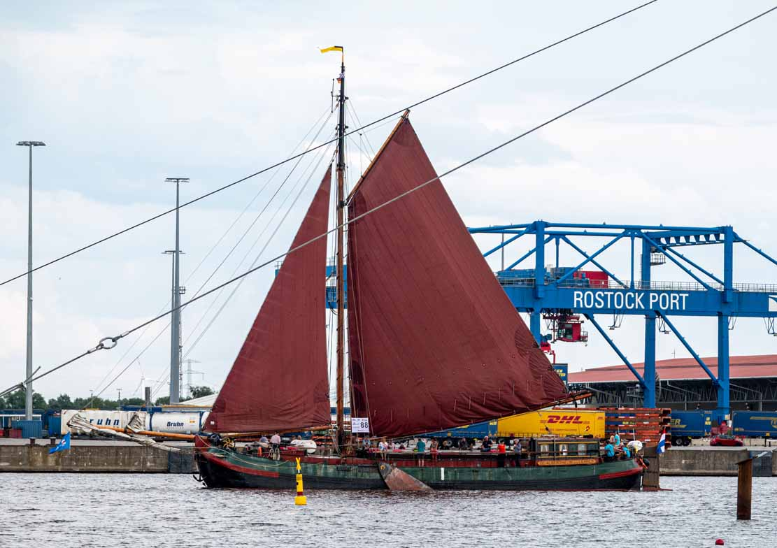 Ein Holländisches Plattbodenschiff auf der Hanse Sail 2021 © Frank Koebsch (4)