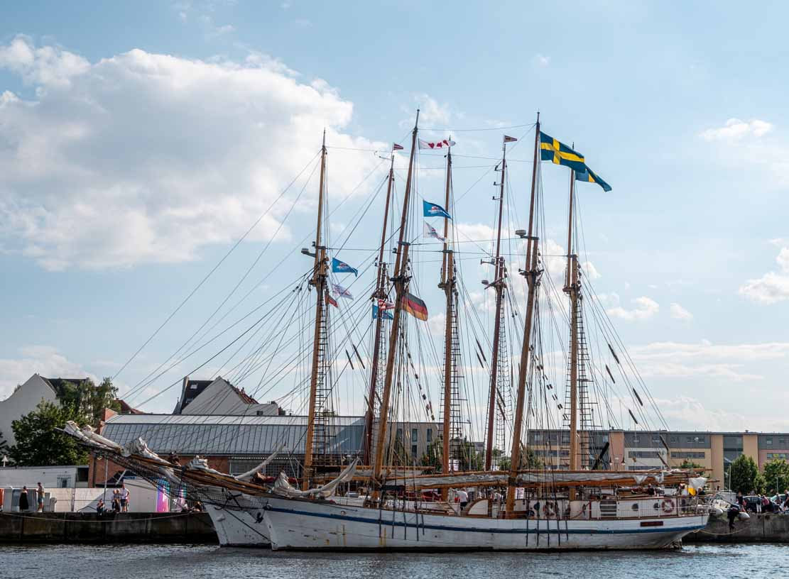 Segelschiffe im Päckchen bei der Hanse Sail 2021 (c) Frank Koebsch (1)