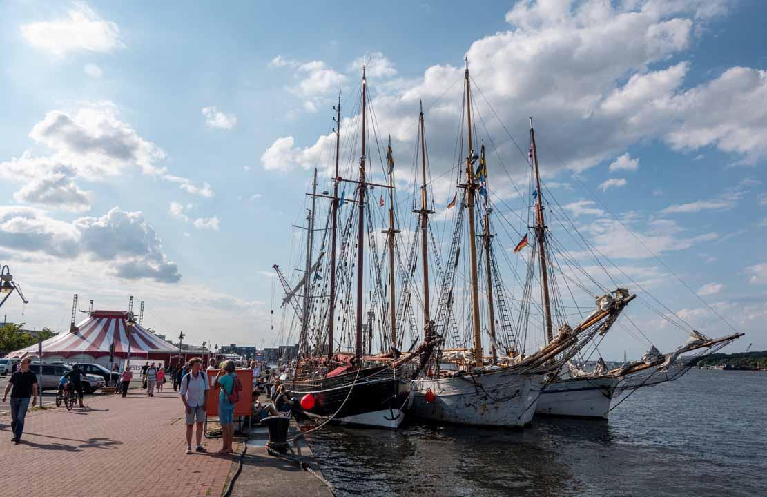 Segelschiffe im Päckchen bei der Hanse Sail 2021 (c) Frank Koebsch (8)