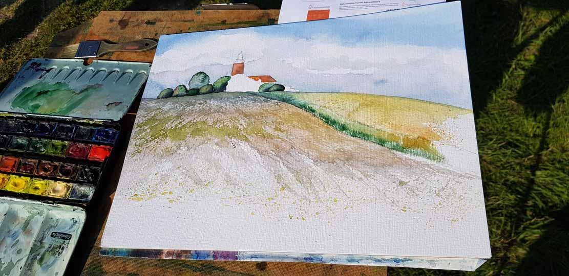 ritt für Schritt entsteht das Aquarell von Frank Koebsch am Leuchtturm Bastorf (c) Alina Unland