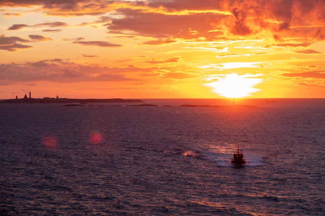 Lotsenboot am Vinga Fyr unterwegs beim Sonnenuntergang zur AIDA (c) Frank Koebsch (1)
