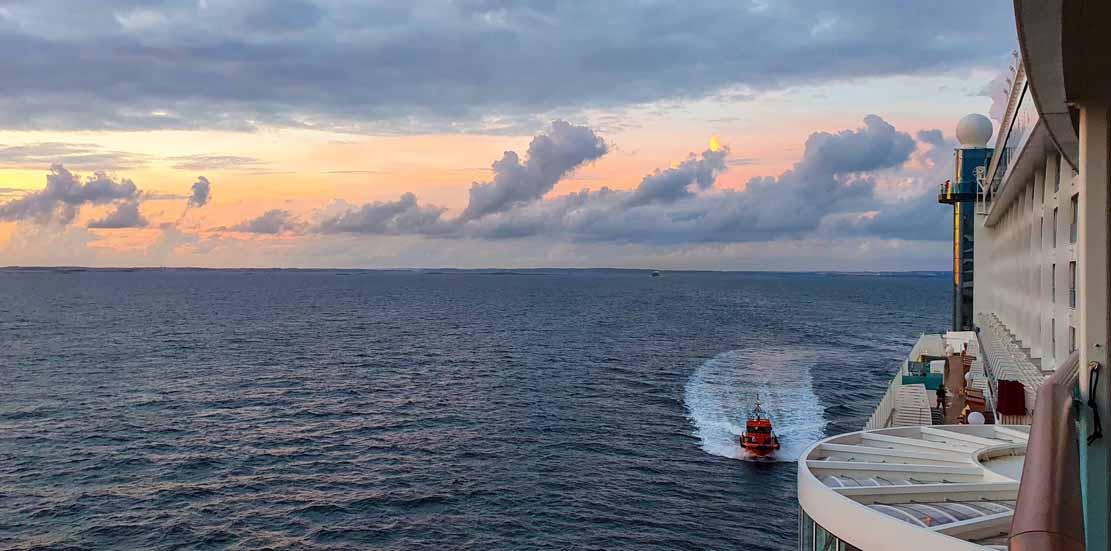 Nach dem Auslaufen aus Göteburg geht der Loste gleich von Bord der AIA Prima (c) Frank Koebsch